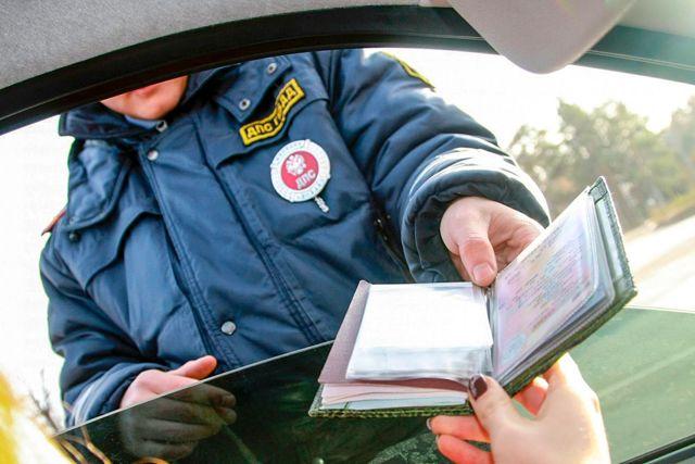 Нужно ли выходить из авто и садиться в машину к инспектору ГИБДД?