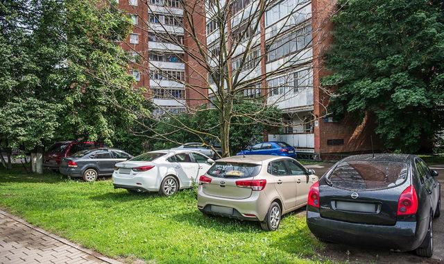 Эвакуация машины за неправильную парковку - на месте для инвалидов, на тротуаре, на газоне