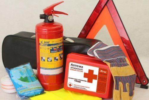 Имеет ли право сотрудник ГИБДД проверить аптечку, огнетушитель и знак аварийной остановки