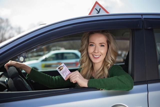 Можно ли сдать на права и получить водительское удостоверение в другом регионе без регистрации