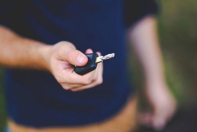 Продажа автомобиля без ПТС и документов - можно ли и как продать, риски