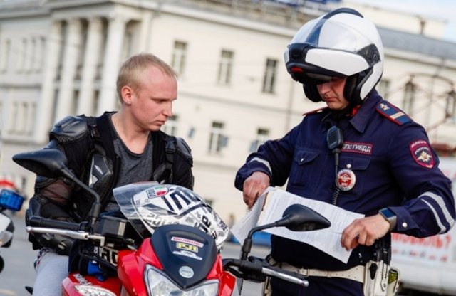 Езда на скутере (мотоцикле) без шлема: можно ли ездить без шлема, какой штраф за езду без шлема
