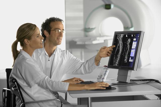 Может ли врач отказаться от пациента при наличии у него полиса ОМС и почему?